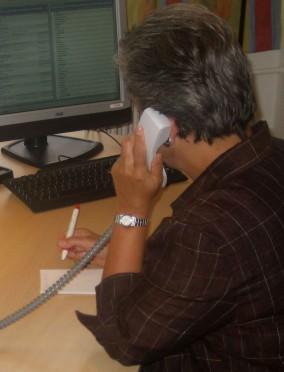 Bild zeigt eine Mitarbeiterin beim Telefonieren